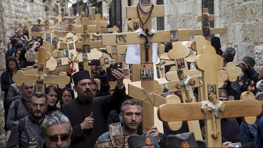 المسيحيون الأرثوذكس يسلكون طريق الآلام