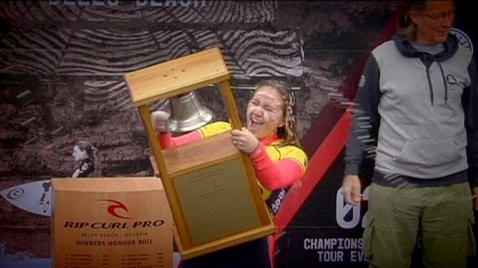 الأمريكية كاريسا مور تتفوق في التزلج على الأمواج