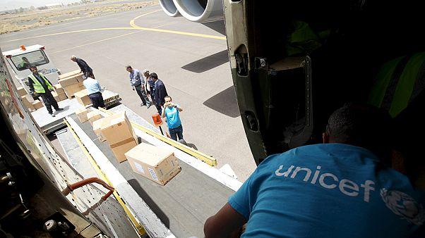 A légicsapások után megérkezett az első segélyszállítmány Jemenbe