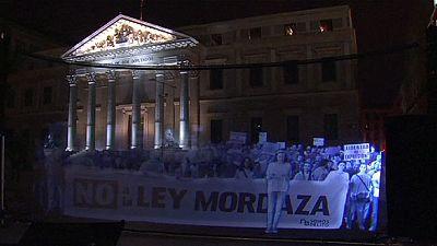 """Spagna: protesta """"vituale"""" contro la nuova legge sulla sicurezza"""