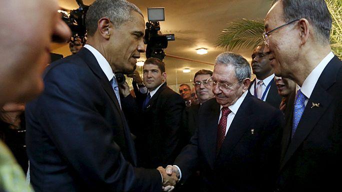 Poignée de main et bref échange entre Obama et Castro