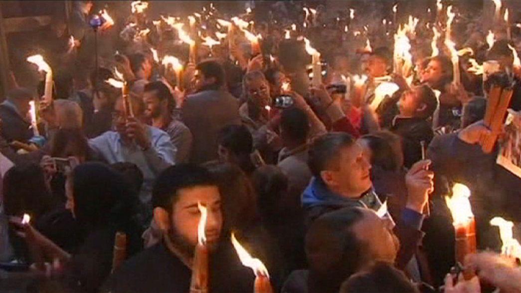 Vigilia di Pasqua ortodossa con la cerimonia del fuoco sacro