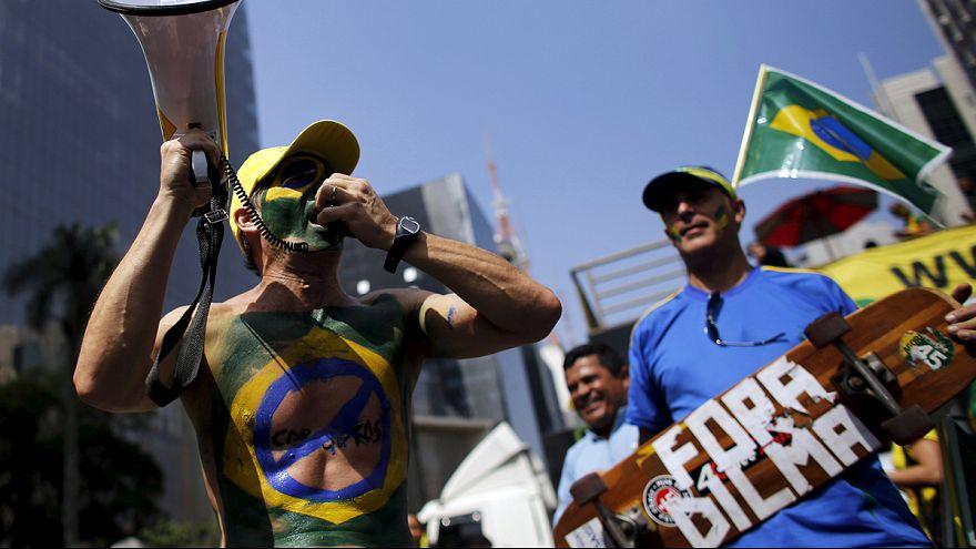 Brasileiros protestam contra Dilma