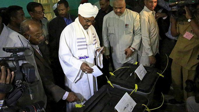 Ellenzéki bojkott mellett szavaznak Szudánban