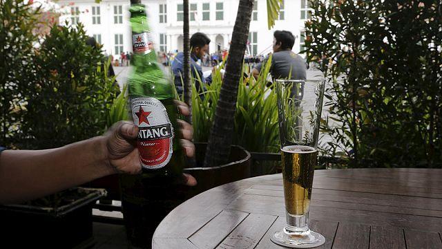 Alkoholtilalmat vezetnének be Indonéziában