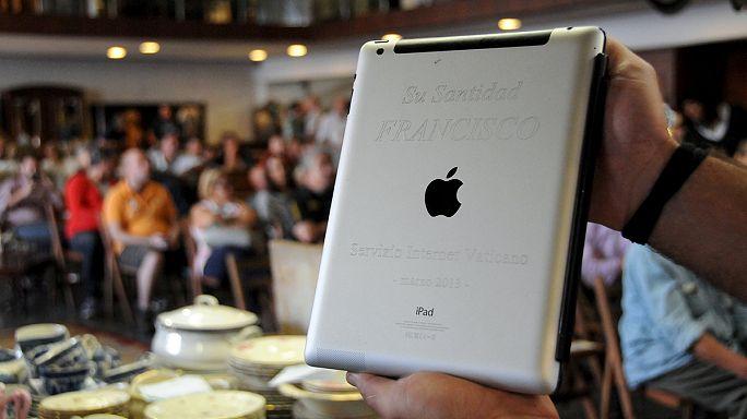 Ferenc pápa elárverezte használt iPadjét