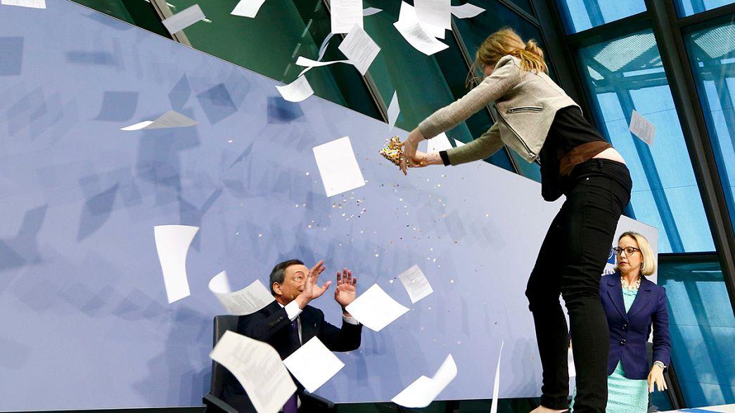 """""""No a dittatura Bce"""", manifestante contesta Draghi in conferenza stampa"""