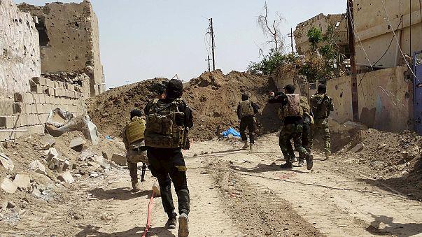 Kämpfe um größte irakische Raffinerie dauern an - IS-Kämpfer auf dem Gelände
