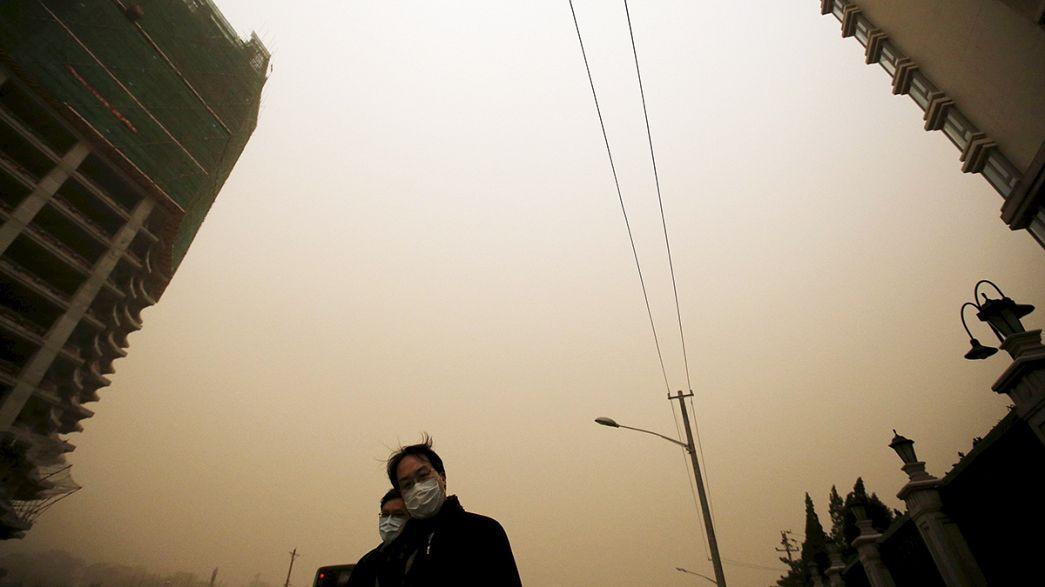 Pechino sotto la tempesta di sabbia: aria irrespirabile