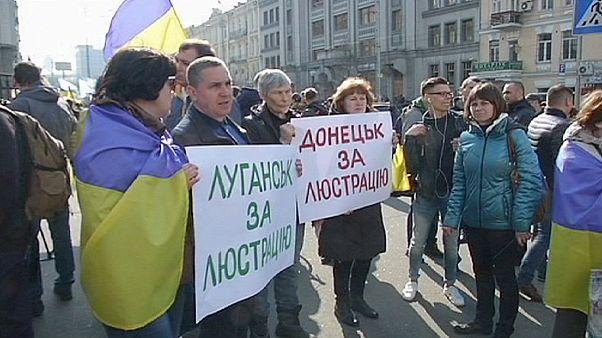 """Ucrânia: manifestação de apoio à """"lei da lustração"""" contestada nos tribunais"""
