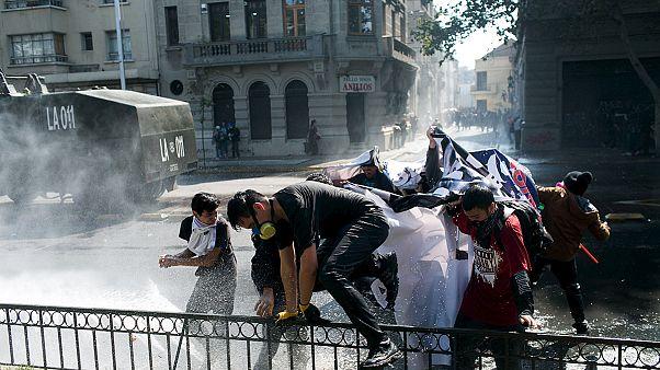 Confrontos entre estudantes e polícia em Santiago do Chile