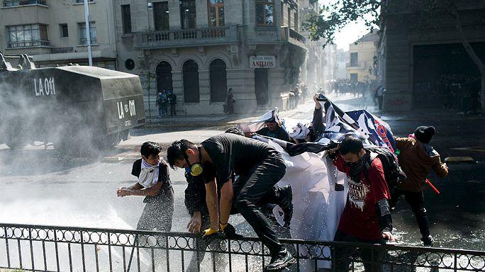 Tüntető diákok csaptak össze a rendőrökkel Chilében