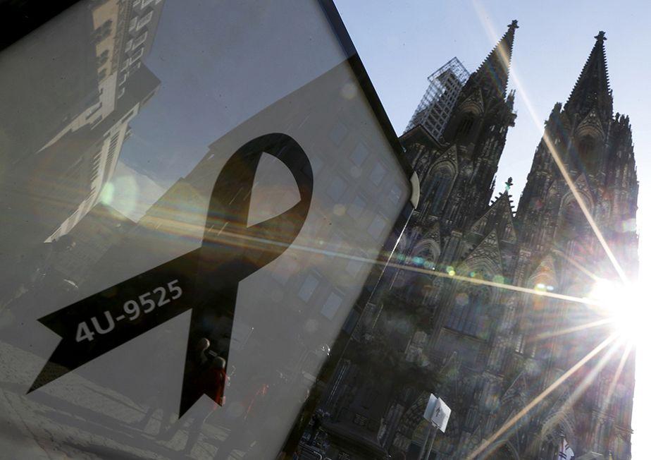 Un nastro nero per i funerali delle vittime della Germanwings