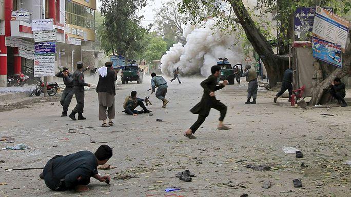 Afganistan'da banka önünde kanlı intihar saldırısı