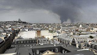 Bir depoda çıkan yangın Paris'i felç etti