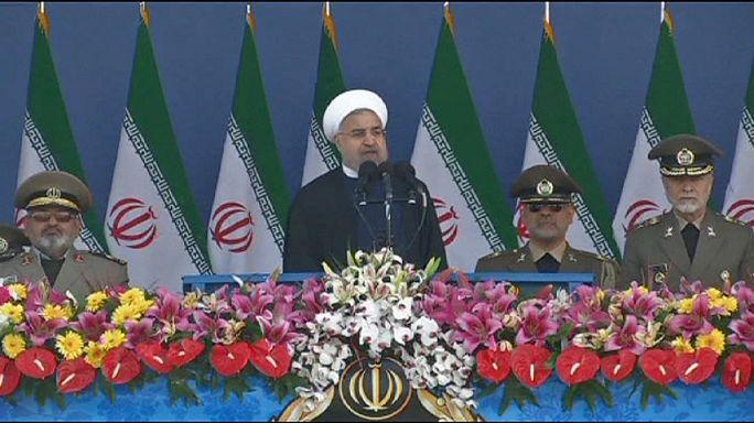 Szaúd-Arábiát ostorozta az iráni elnök az éves teheráni katonai díszszemlén