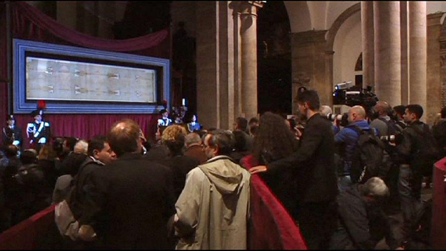 """عشرات ألاف الزوار يتوافدون على كاتدرائية تورينو لاكتشاف """"الكفن المقدس""""ليسوع المسيح"""