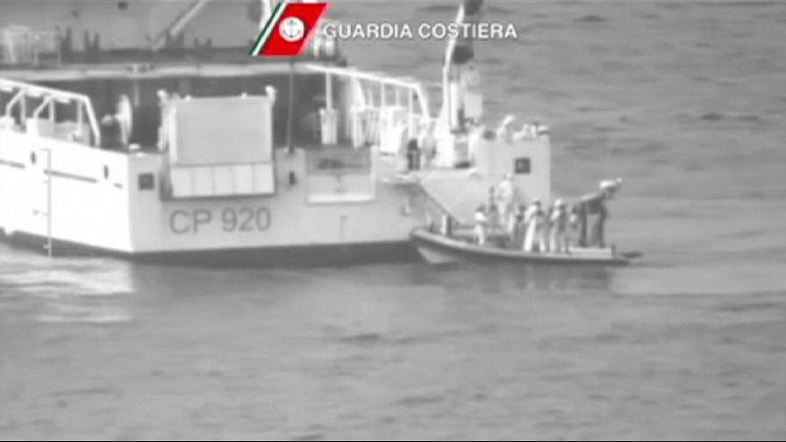 إنقاذ 28 شخصا بعد غرق قارب يقل 700 مهاجر قبالة السواحل الإيطالية