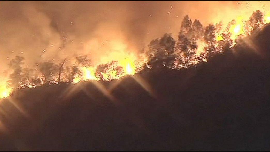 حرائق مهولة بمحيط مدينة لوس أنجلس