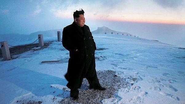 Ohne Mütze und im schicken Mantel: Kim Jong Un besteigt Zweitausender