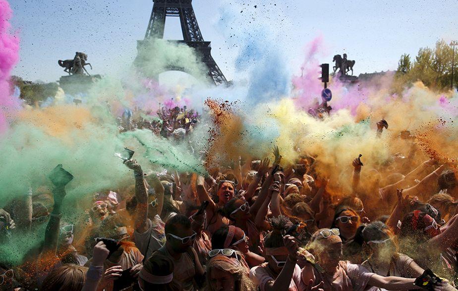 Course colorée dans les rues de Paris