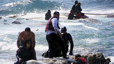Un velero lleno de inmigrantes encalla en la costa de la isla griega de Rodas