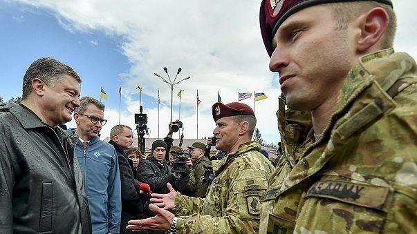 Paracaidistas estadounidenses forman a militares ucranianos