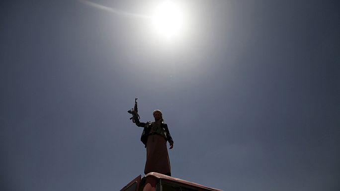 مقتل أربعين مدنيا جراء غاراتان على صنعاء والولايات المتحدة تعزز وجودها العسكري قبالة السواحل اليمنية