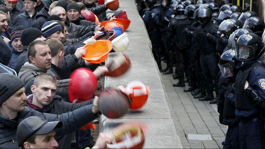 """Ukraine: """"Klopfende Helme"""" für mehr Geld und Sicherheit"""