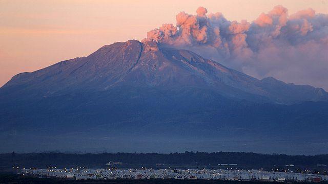 Le volcan Calbuco souffle des cendres sur le Chili et l'Argentine