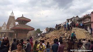 زلزال عنيف يضرب النيبال ويخلف مئات القتلى