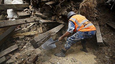 Novo sismo de 6,7 de magnitude no Nepal quando saldo de vítimas sobe para 2 mil mortos