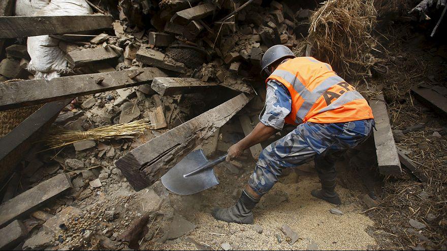 Keresik a túlélőket Nepálban