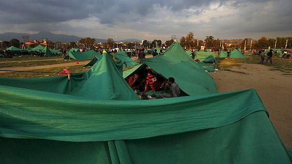 وحشت از پس لرزه ها شهروندان کاتماندو را روانه خیابانها کرده است