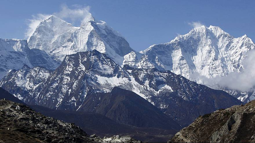 Nepal: Helicopters evacuate injured from Everest base camp