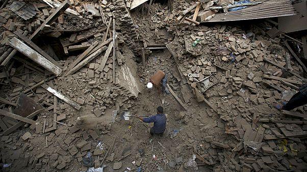 نيبال: عدد ضحايا الزلزال وصل إلى 3218 قتيل ، و أكثر من 6500 جريح