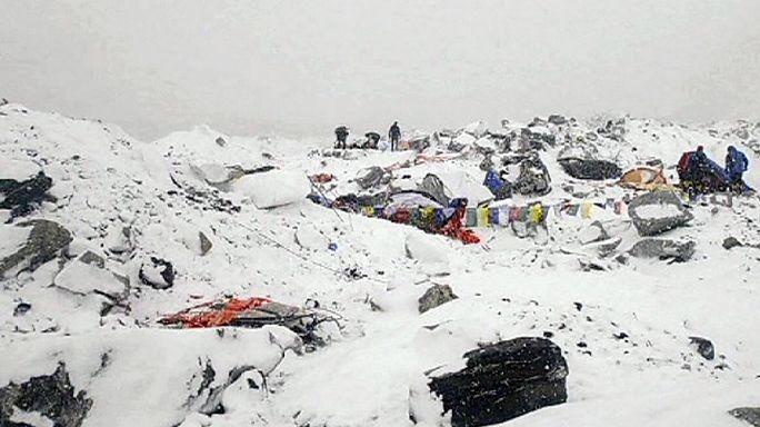 نيبال: إنقاذ مجموعة من متسلقي الجبال و مرشديهم فيما بقي آخرون عالقون في مخيمين في جبل إفريست