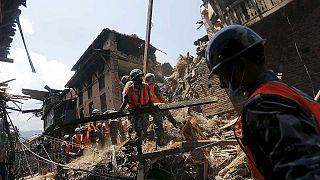 Ya son más de 4 000 los muertos en Nepal, mientras comienza un caótico reparto de ayuda