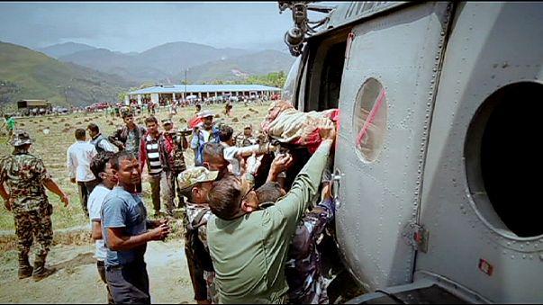 Hilfe für Nepal: weitere Retter erreichen Flughafen von Kathmandu