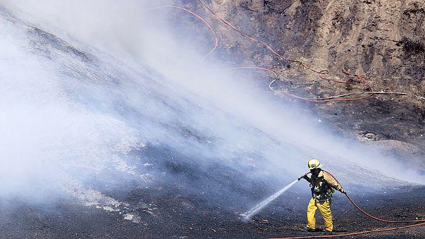 In fiamme le colline attorno a Los Angeles