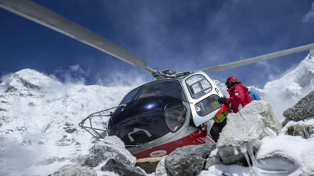Everest: evacuati circa 300 alpinisti bloccati al campo base