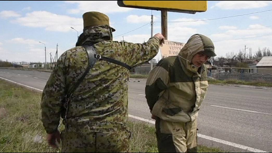 Há criminosos no leste da Ucrânia a ser exibidos em público amarrados a postes
