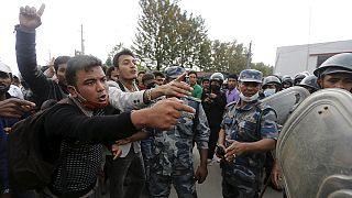 زلزال النيبال: شباب ينتفض بسبب الجوع و العراء