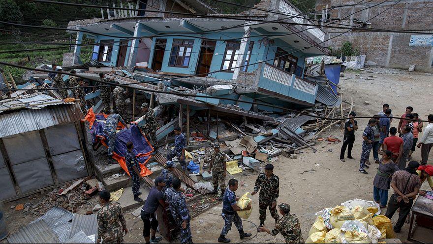 Nepal: Apelo no Facebook reúne voluntários para limpar escombros