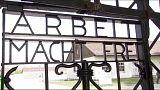 Allemagne : installation de la réplique de la porte du camp de Dachau