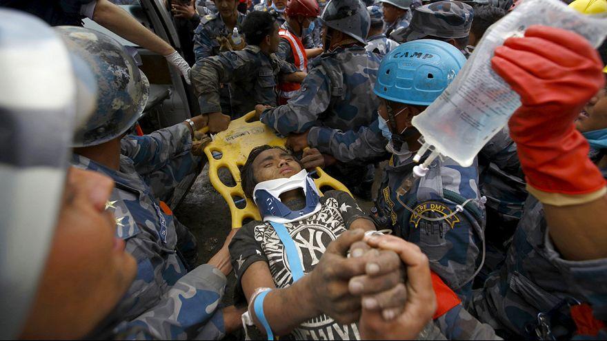 زلزال النيبال: إنقاذ مراهق كان تحت الأنقاض