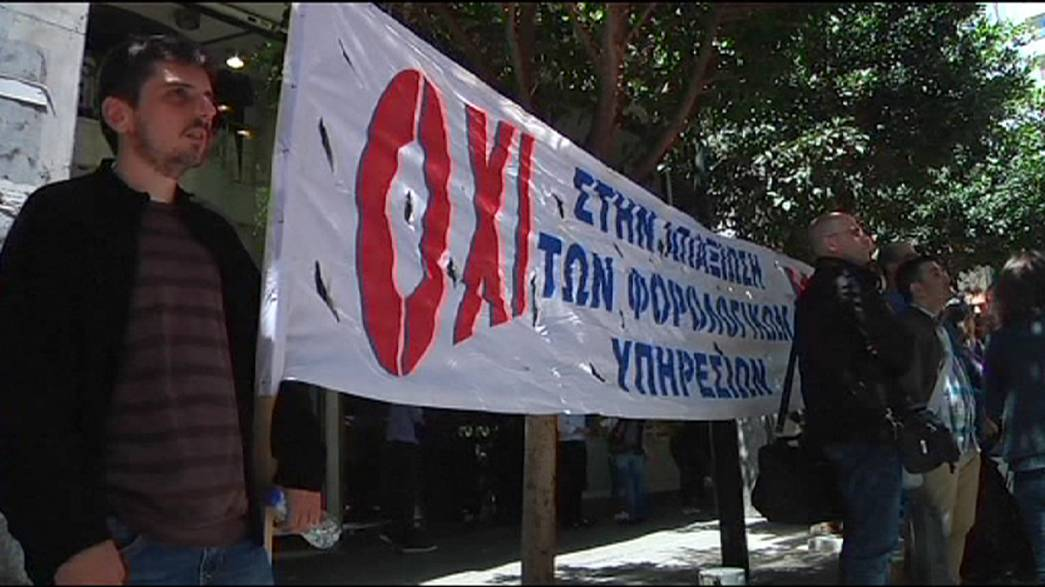 Yanis Varoufakis face à la grogne et à des anarchistes