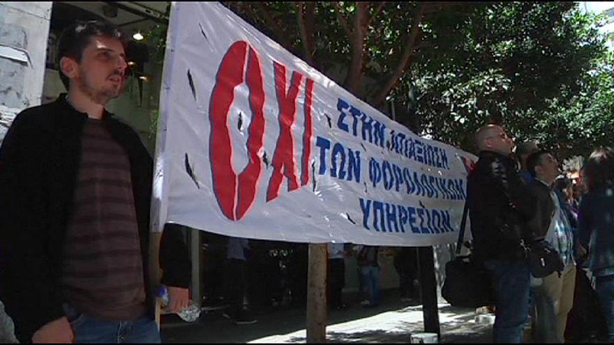 Protestas y lanzamiento de objetos contra Varufakis en Grecia