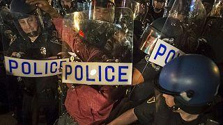 ليلة أخرى من المسيرات السلمية لتنديد بعنف الشرطة في مدينة بالتيمور الأمريكية