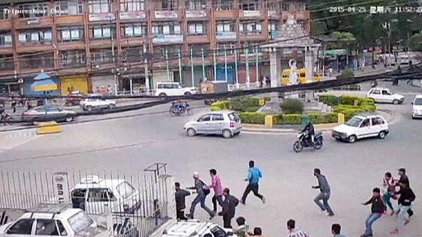 Nepal'de deprem anında çöken meydan anıtı